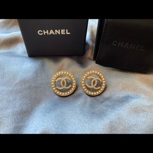 *Authentic New CHANEL CC PEARL EARRINGS